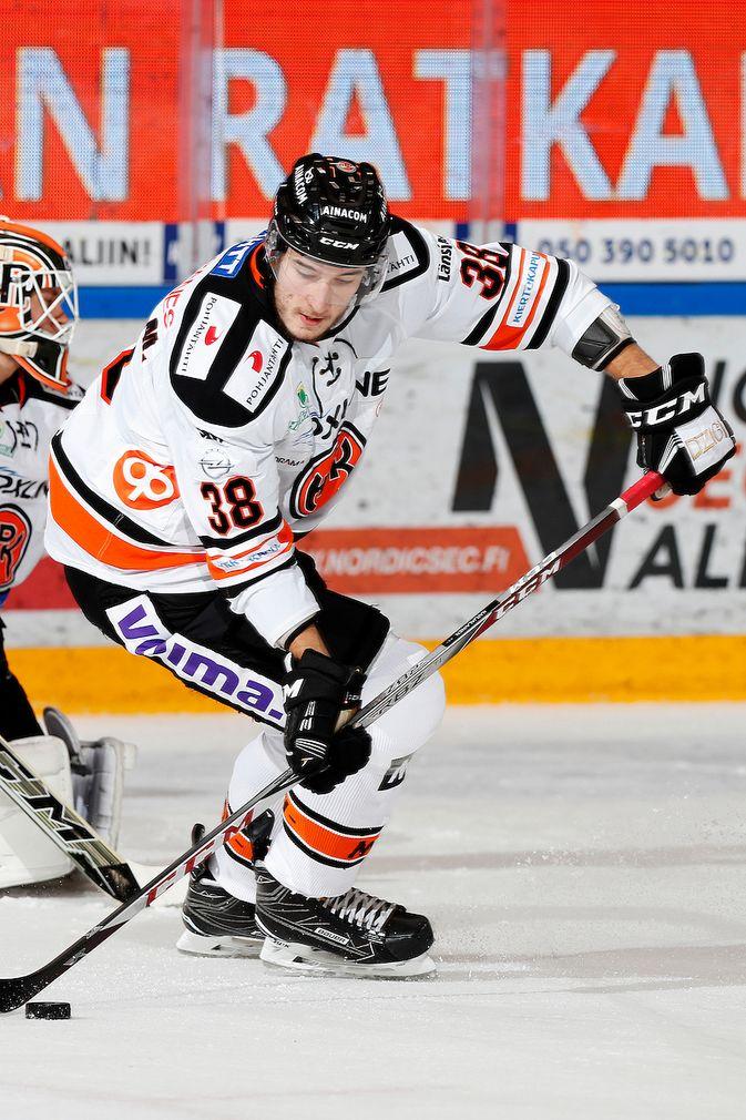 Miro Karjalaisen ottelu jäi kesken jo viidennen kerran tällä kaudella. Kuva: Jukka Rautio / Europhoto