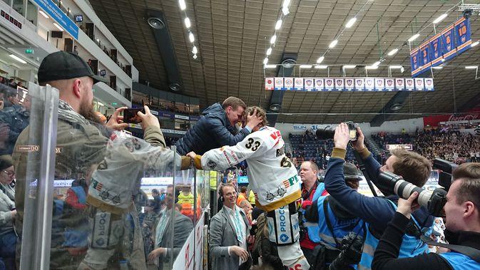 Mikael Ruohomaa kiipesi jo ennen seremonioita hakemaan onnittelut katsomon puolelta. Kuva: Miika Arponen