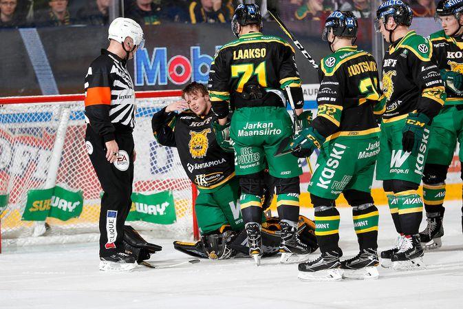 Antti Lehtonen jatkoi törmäyksen jälkeen peliä, mutta vaihdettiin pois seuraavalla erätauolla. Kuva: Jukka Rautio / Europhoto