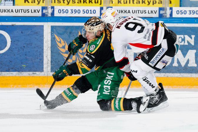 Eemeli Suomi pääsi iskemään 2-0-osuman tyhjään maaliin Mikko Kuukan estelystä huolimatta. Kuva: Jukka Rautio / Europhoto