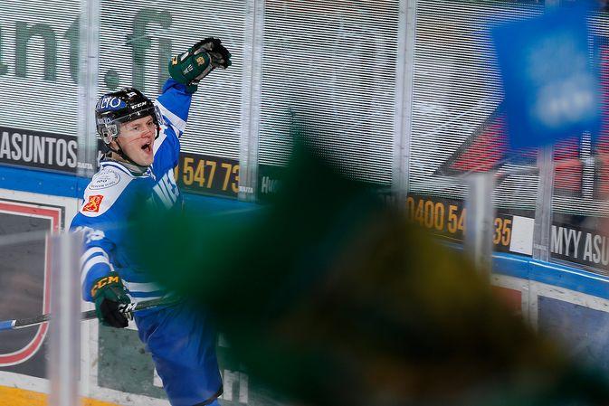 Teemu Rautiainen ei peitellyt iloaan yli kuukauden kuivan kauden päätyttyä Suomi 100 -juhlaottelussa. Kuva: Jukka Rautio / Europhoto