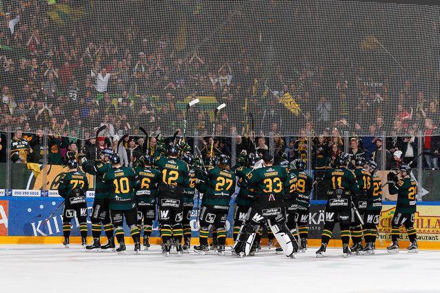 Ilves pääsi juhlimaan playoff-paikan varmistumista täyden katsomon edessä. Kuva: Jukka Rautio / Europhoto