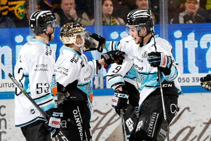 Iikka Kangasniemi (kesk.) oli Pelicansin tehomies Ilvestä vastaan. Kuva: Jukka Rautio / Europhoto