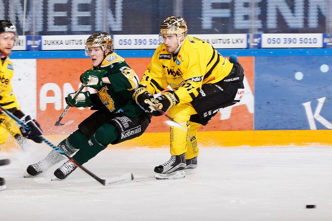 Ville Meskanen (kesk.) on toistaiseksi pois tupsukorvien vahduudesta. Kuva: Jukka Rautio / Europhoto