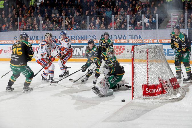 Tästä tilanteesta ei syntynyt maalia, mutta kaksi kiekkoa Riku Heleniuksen taakse ottelussa saatiin. Kuva: Jukka Rautio / Europhoto