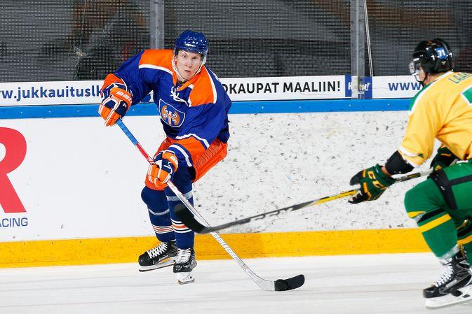 Niko Mikkola (vas.) ei ole paikalla, kun Tapparan mestaruusviiri nousee Hakametsän kattoon. Kuva: Jukka Rautio / Europhoto