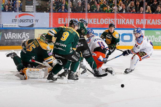 Tämän tilanteen Olli Vainio hoiti kunnialla, mutta illan saldo oli lopulta Ilvekselle murheellinen. Kuva: Jukka Rautio / Europhoto