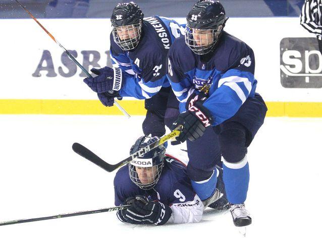 Miro Heiskanen (oik.) on ollut Suomen ykköstähti alle 18-vuotiaiden MM-turnauksessa. Kuva: Andreas Robanser