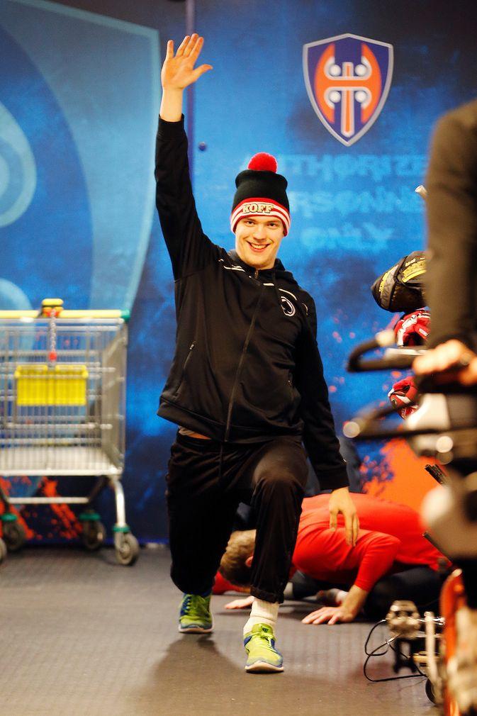 Jarno Kärki morjesteli Tapparan pukukovin edustalla jo helmikuussa Ässien ollessa Ilveksen vieraana. Kuva: Jukka Rautio / Europhoto