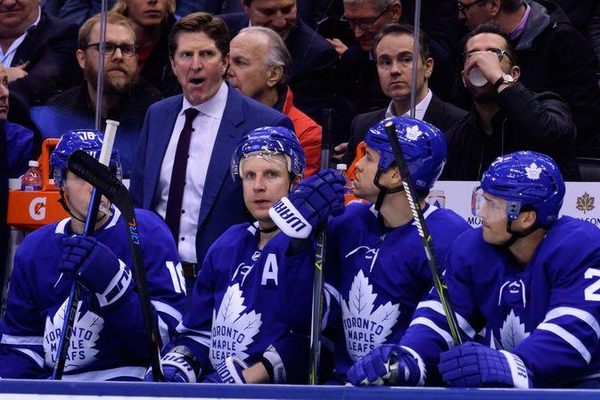Mike Babcock, Leo Komarov ja Toronto Maple Leafsin joukkue vaihtopenkillä.