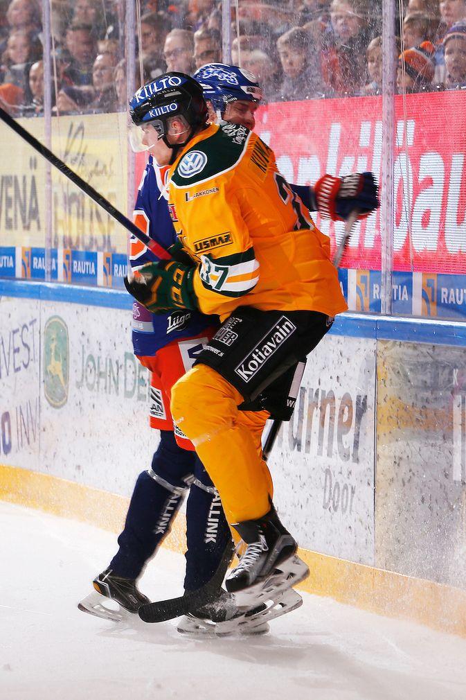 Joona Kunnas sai maistaa Sebastian Revon taklauksen voiman. Kuva: Jukka Rautio / Europhoto