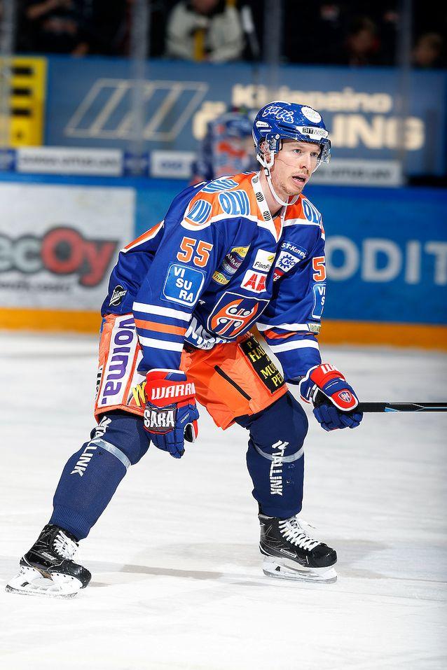 Blake Parlett tuo kokoa ja fyysisyyttä Tapparan puolustukseen. Kuva: Jukka Rautio / Europhoto