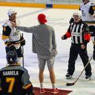 Pekka Hyysalo pudotti avauskiekon. Kuva: Elmeri Elo