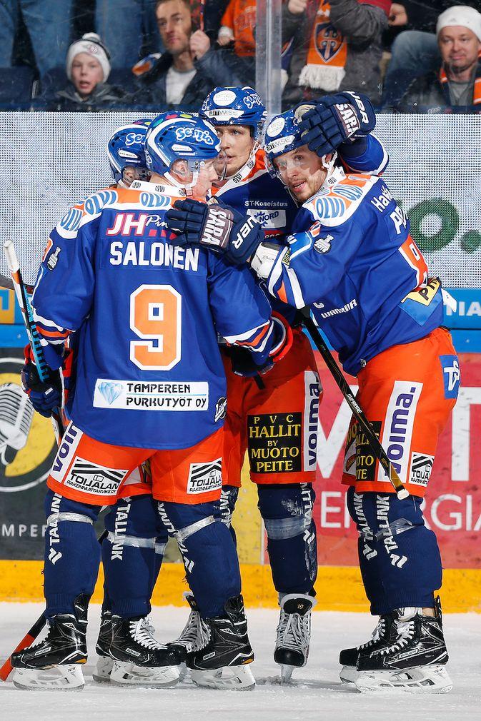 Aleksi Salonen tekee liigadebyyttinsä sentterin paikalla. Kuva: Jukka Rautio / Europhoto