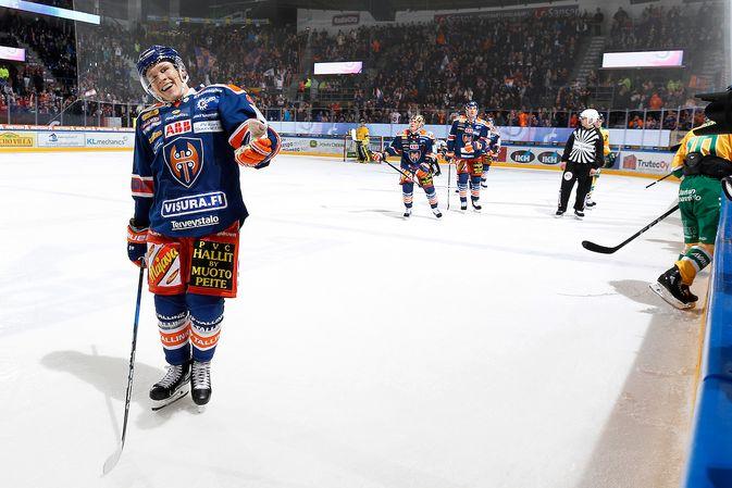 Jan-Mikael Järvisen hymy oli herkässä uran ensimmäisen hattutempun synnyttyä. Kuva: Jukka Rautio / Europhoto
