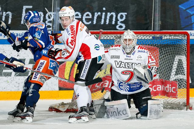 Jussi Olkinuora torjui jo kauden yhdeksännen voittonsa JYP-paidassa vain kolmessatoista ottelussa. Kuva: Jukka Rautio / Europhoto