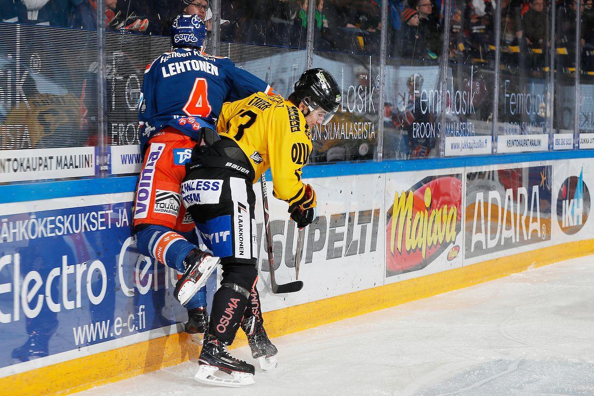 Alexandre Texier jakoi kovuutta Tappara-puolustaja Mikko Lehtoselle. Kuva: Jukka Rautio / Europhoto