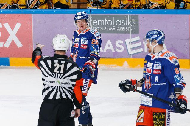 Tappara-miehistö ei ollut yhtä mieltä tuomareiden (kuvassa Stefan Fonselius) kanssa. Kuva: Jukka Rautio / Europhoto