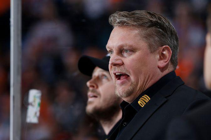 Pekka Virta (vas.) kävi kuumana tuomarityöskentelystä ottelun jälkeen. Kuva: Jukka Rautio / Europhoto