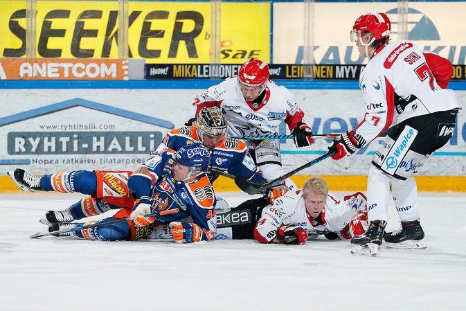 Ottelun värikkäimmät tilanteet nähtiin maalien läheisyyden sijaan aivan muualla. Kuva: Jukka Rautio / Europhoto