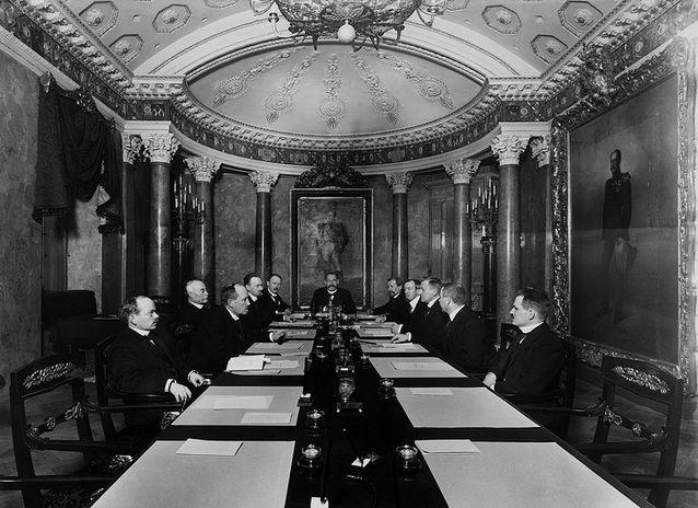 P. E. Svinhufvudin ns. itsenäisyyssenaatti istunnossa 4.12.1917.