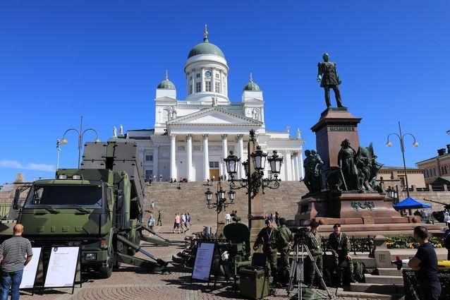 Yli vuosisadan aikana tsaari Aleksanterin patsas on todistanut sisällissodan voitonparaatia, Neuvostoliiton pommituksia ja lukuisia paraateja ja juhlatilaisuuksia. Mitä tullaankaan Senaatintorilla näkemään seuraavan sadan vuoden aikana?