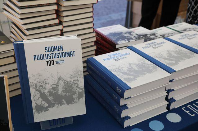 Suomen puolustusvoimat 100 vuotta -kirja on komea historiateos paitsi sisältönsä, myös mittojensa puolesta: sivuja kirjassa on 547 ja painoa kertyy 2,8 kg.