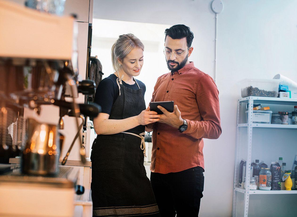 Yrittäjät katsovat tablettia