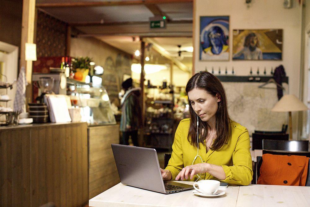 Nainen työskentelee kahvilassa
