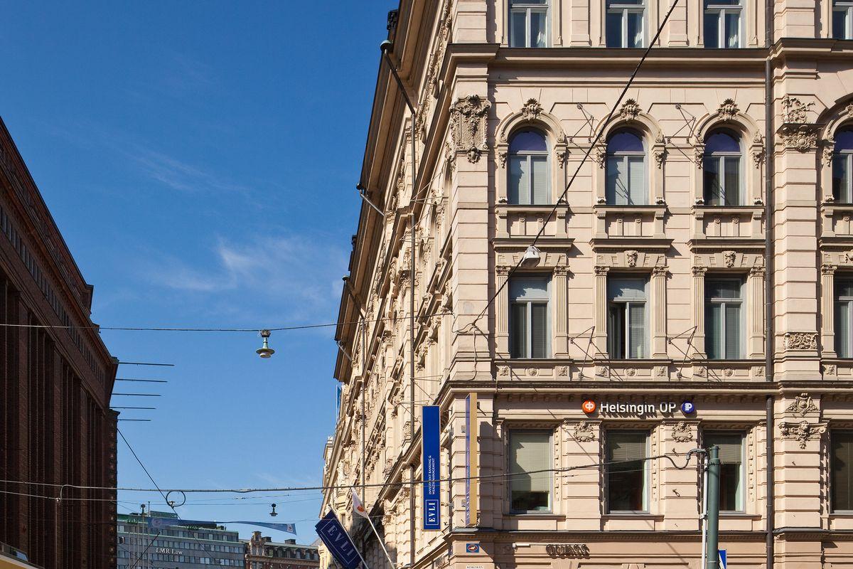 Aleksi-Hermeksen arvokiinteistössä omaleimaisinta ovat korkeat huoneet ja vetovoimainen sijainti Keskuskadun kävelykadun varrella.