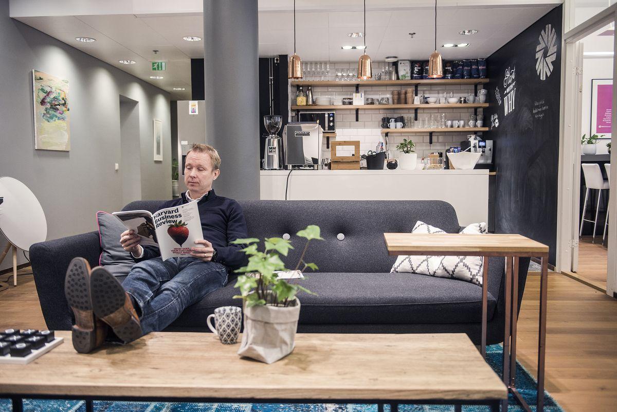 """D11 Helsinki Oy:n toimitusjohtaja Tomi Hilvon mukaan on oleellista, että toimitilat kulkevat käsi kädessä yrityskulttuurin kanssa. """"Meille olisi esimerkiksi mahdoton ajatus, että tiloissa olisi vastaanottotiski – haluamme toivottaa vieraat henkilökohtaisesti tervetulleeksi."""""""