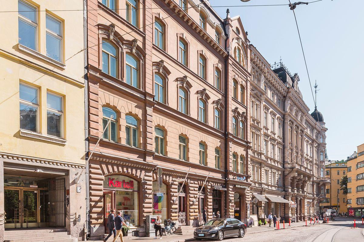 Usein alunperin asuinrakennuksiksi rakennettujen arvokiinteistöjen käyttötarpeet ovat vuosikymmenien aikana muuttuneet, minkä seurauksena rakennuksia on entisöity moderneiksi liike- ja toimistotiloiksi.