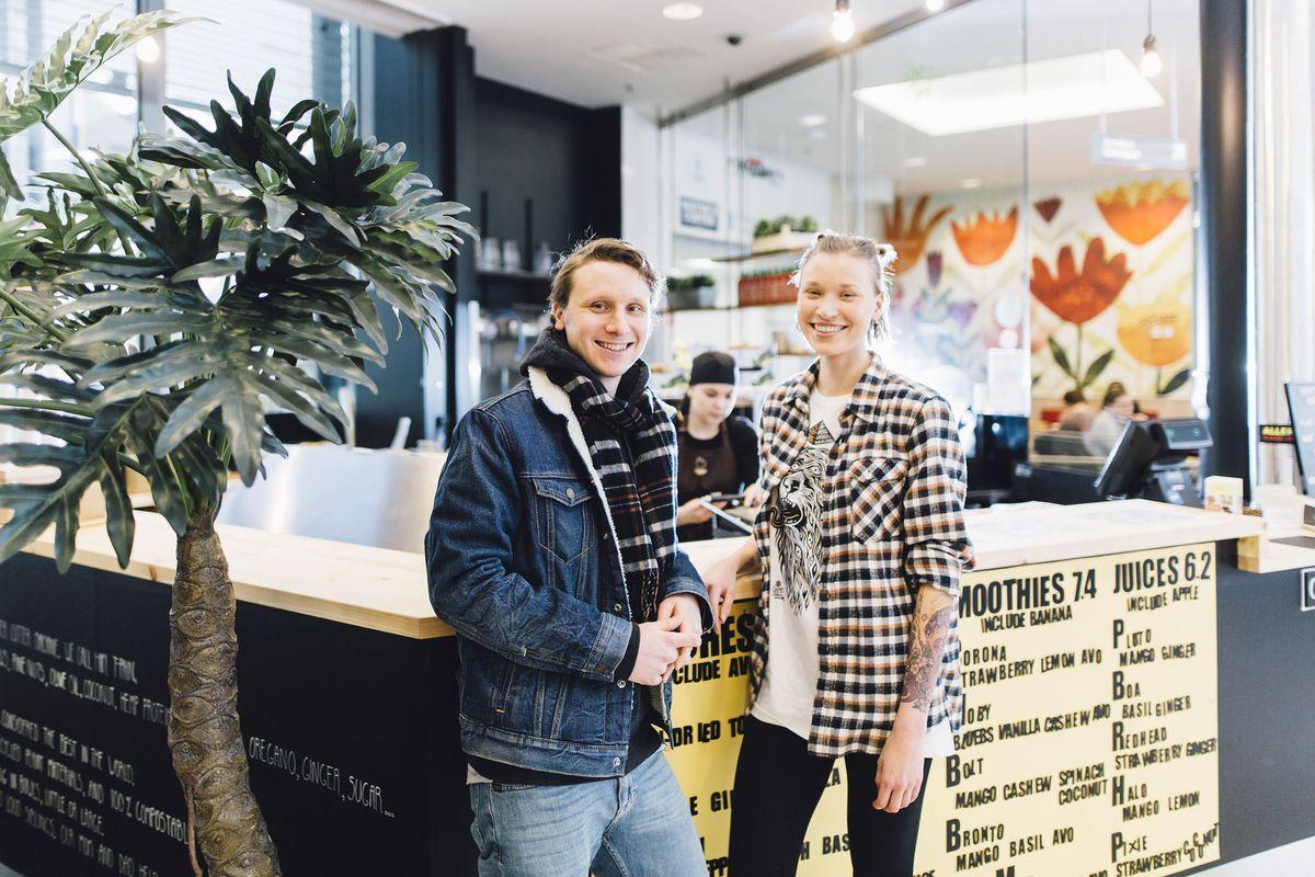 Sisarukset Jyri ja Ella Järvi pyörittävät Forumin ylimmässä kerroksessa toimivaa, vegaanisia annoksia tarjoilevaa Kippo-pikaruokapaikkaa.