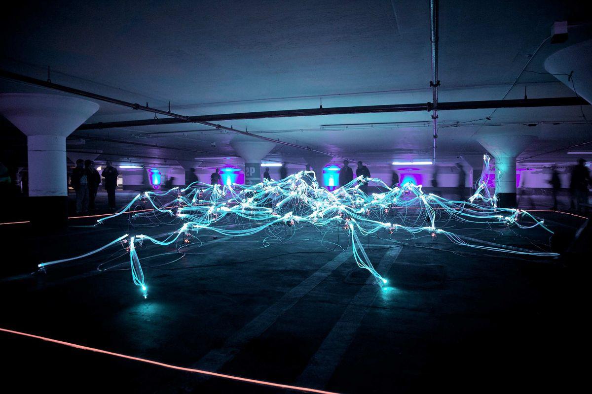 erikoisilla valoilla valaistu parkkihalli