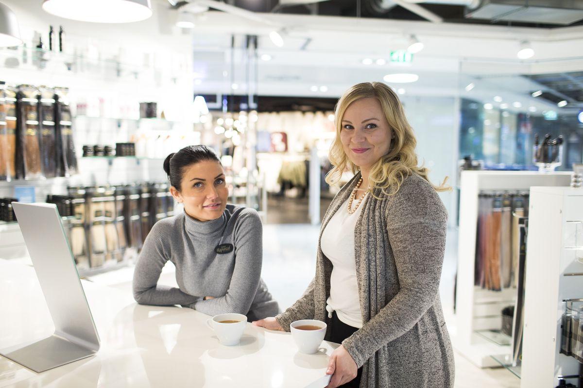 Myymäläpäällikkö Sonja Vaatsion (oik.) ja kampaaja Rosa Havukaisen mielestä Citycenterin markkinointi on ollut hyvin tukena yrityksen kehittämisessä ja markkinoinnissa.