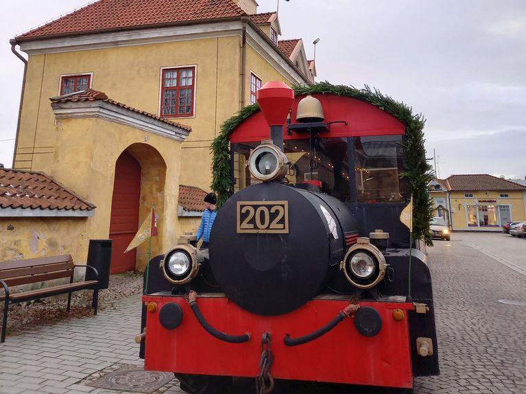 Tonttujuna kulkee Raumalla jouluna