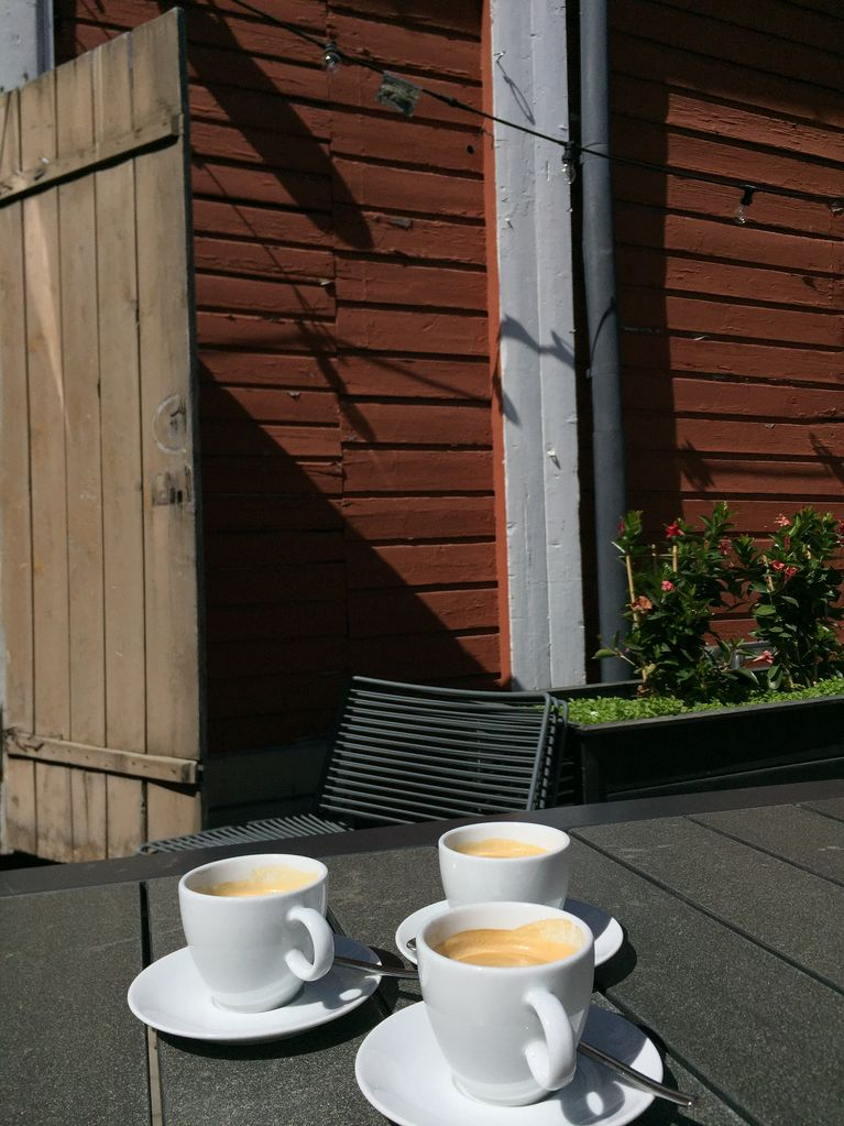 Kahvikupilliset terassilla