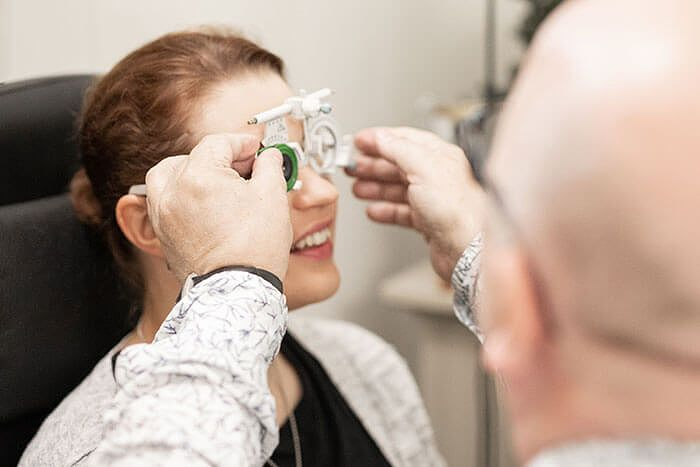 Piilokarsastusta voidaan hoitaa  silmälasilinsseihin hiotulla prismakorjauksella.