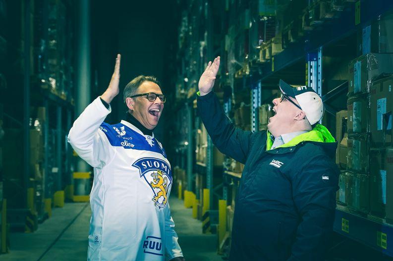 High Peakin toimitusjohtaja Teijo Virtanen ja Logistikas Oy:n toimitusjohtaja Toni Brigatti tuulettavat hyvän yhteistyön kunniaksi. (Kuva: Elmeri Elo / Viestintäosakeyhtiö Bonde)