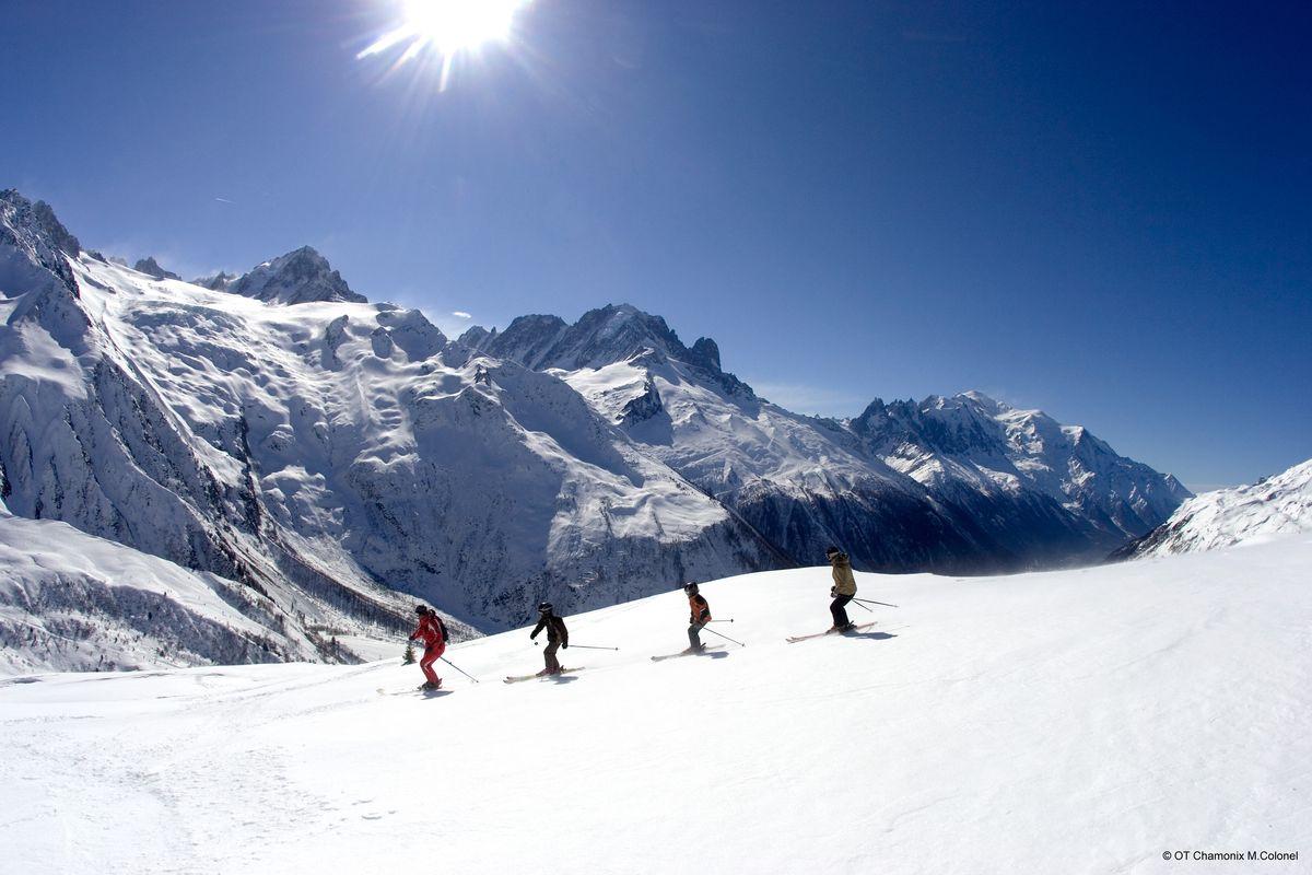 Groupe de personnes qui skient