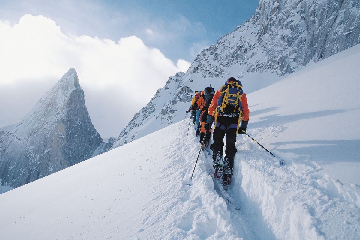 Un groupe de personne qui fait du ski de randonnée