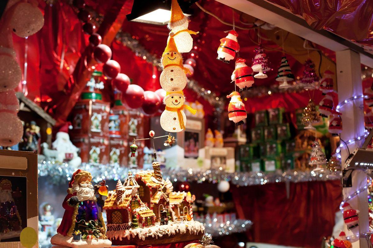 Décorations d'un marché de Noël