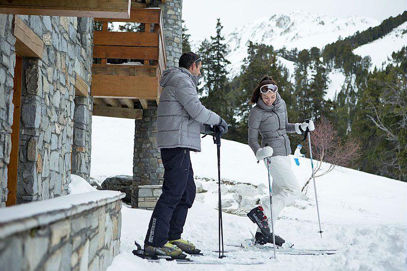 Un couple prêt à skier