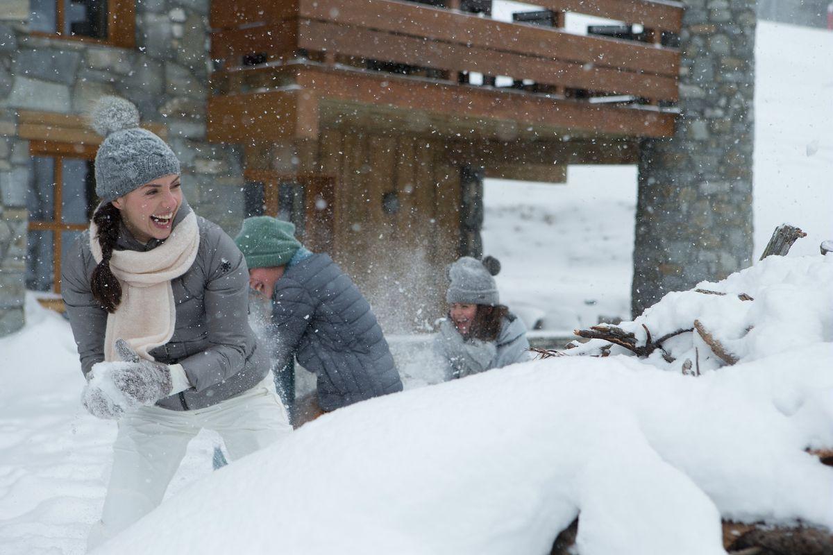 Bataille de boules de neige à la montagne