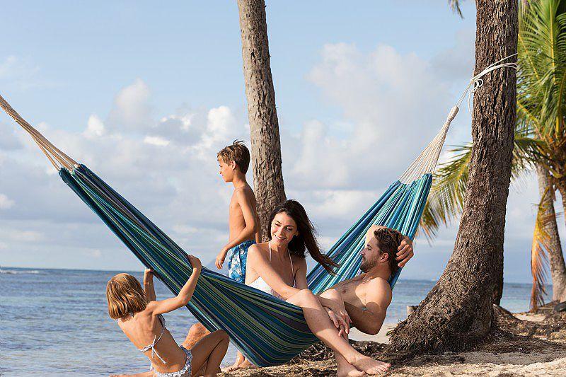 Une famille pendant les vacances d'hiver à la plage