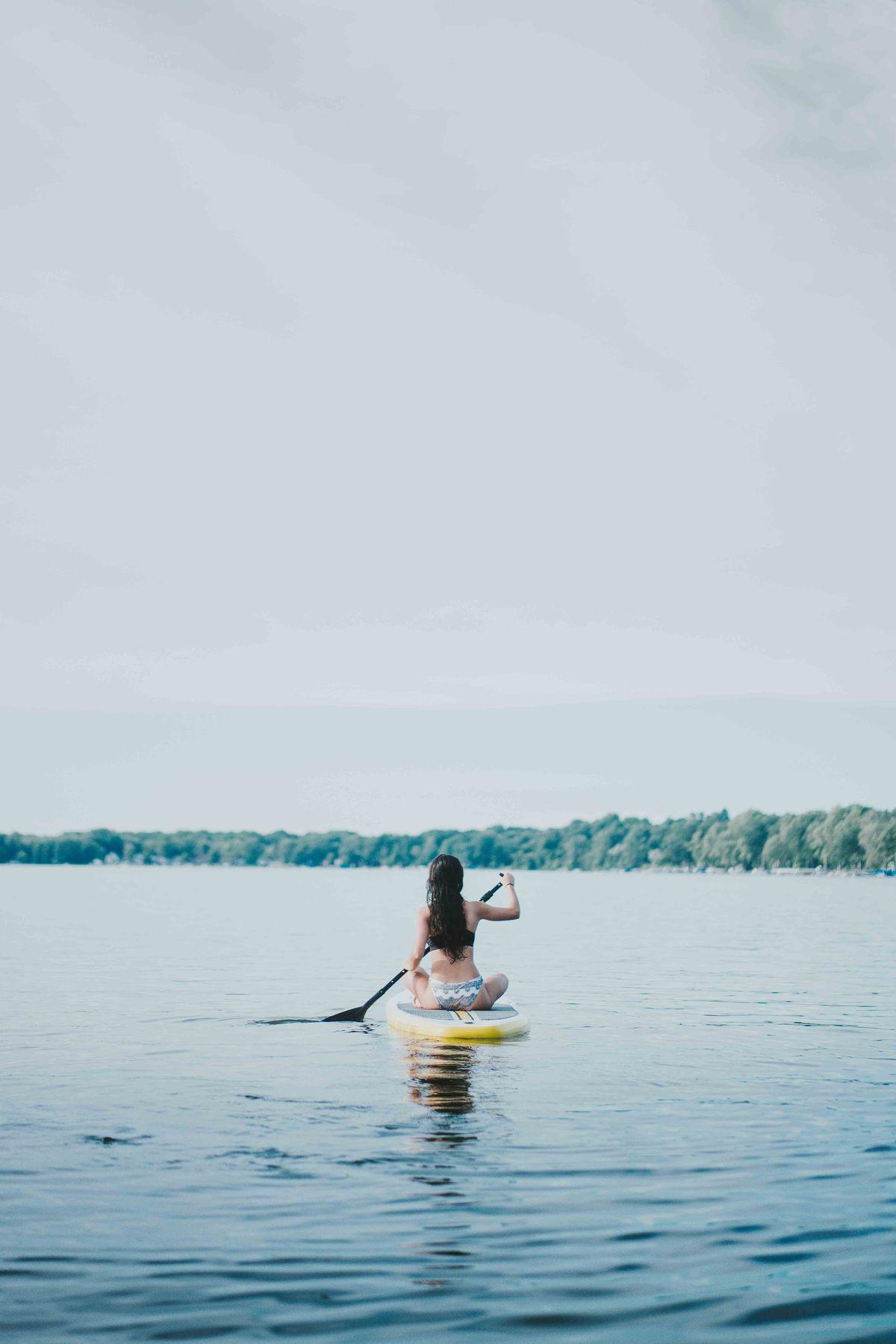 Paddle sur le lac en montagne