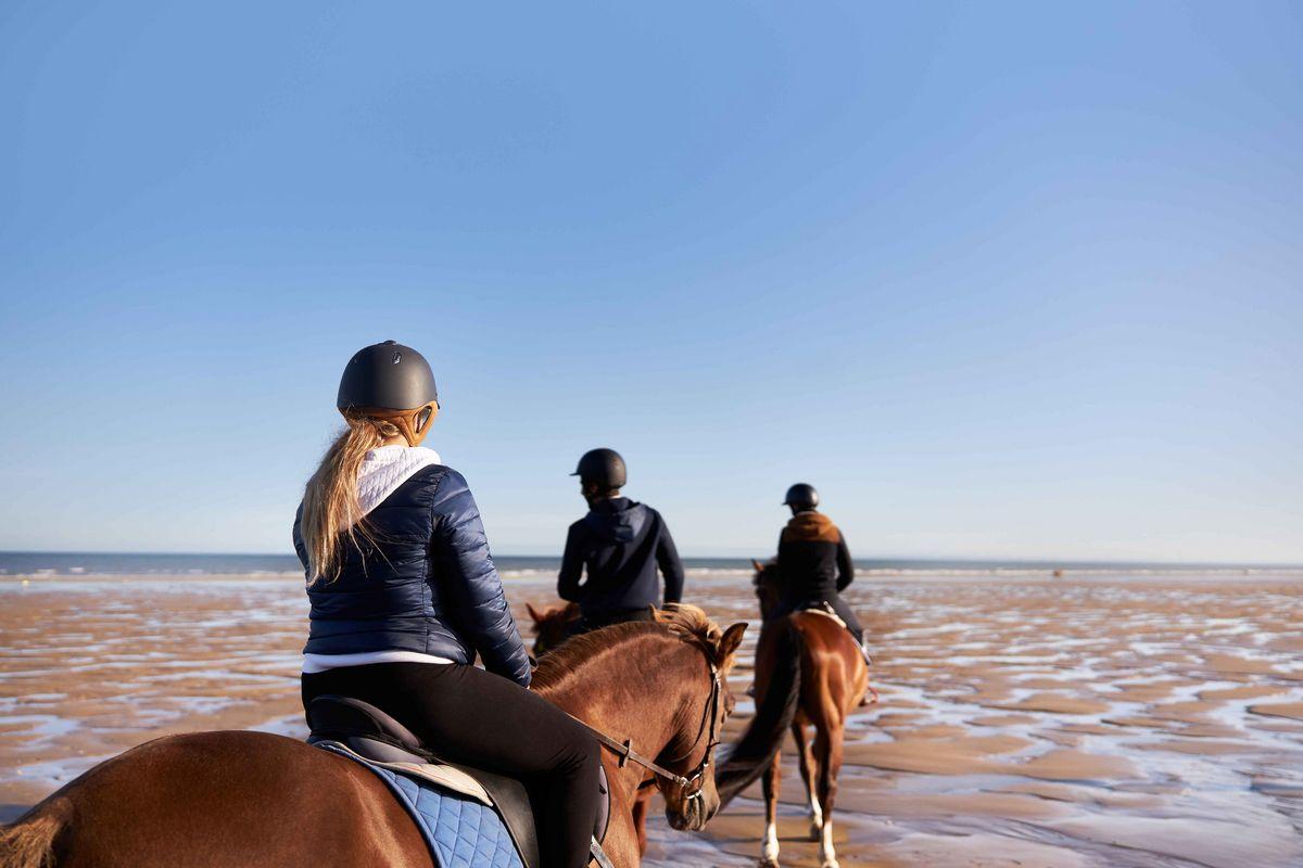Balade à cheval sur les plages de Normandie - Pierre et Vacances