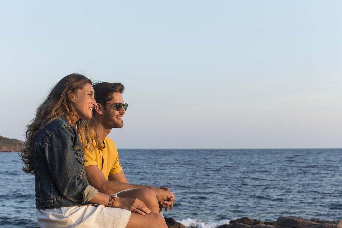 Couple regardant la Méditerranée
