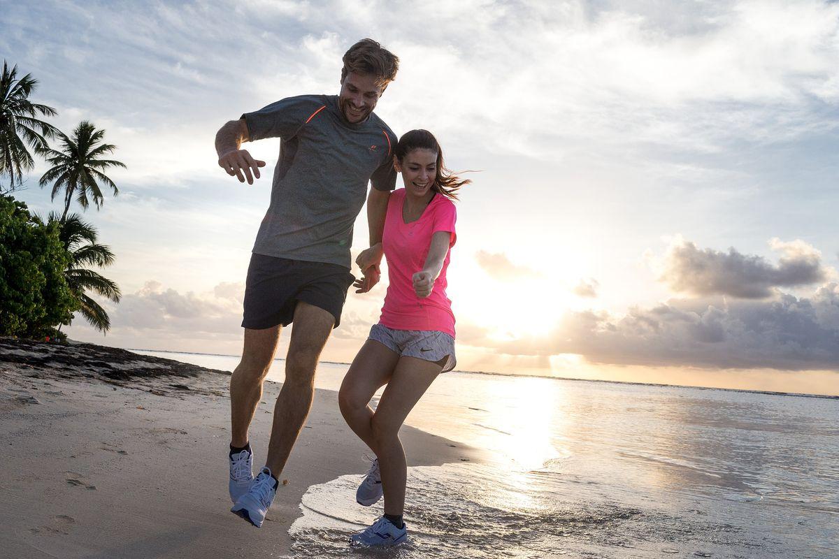 Couple qui court sur la plage