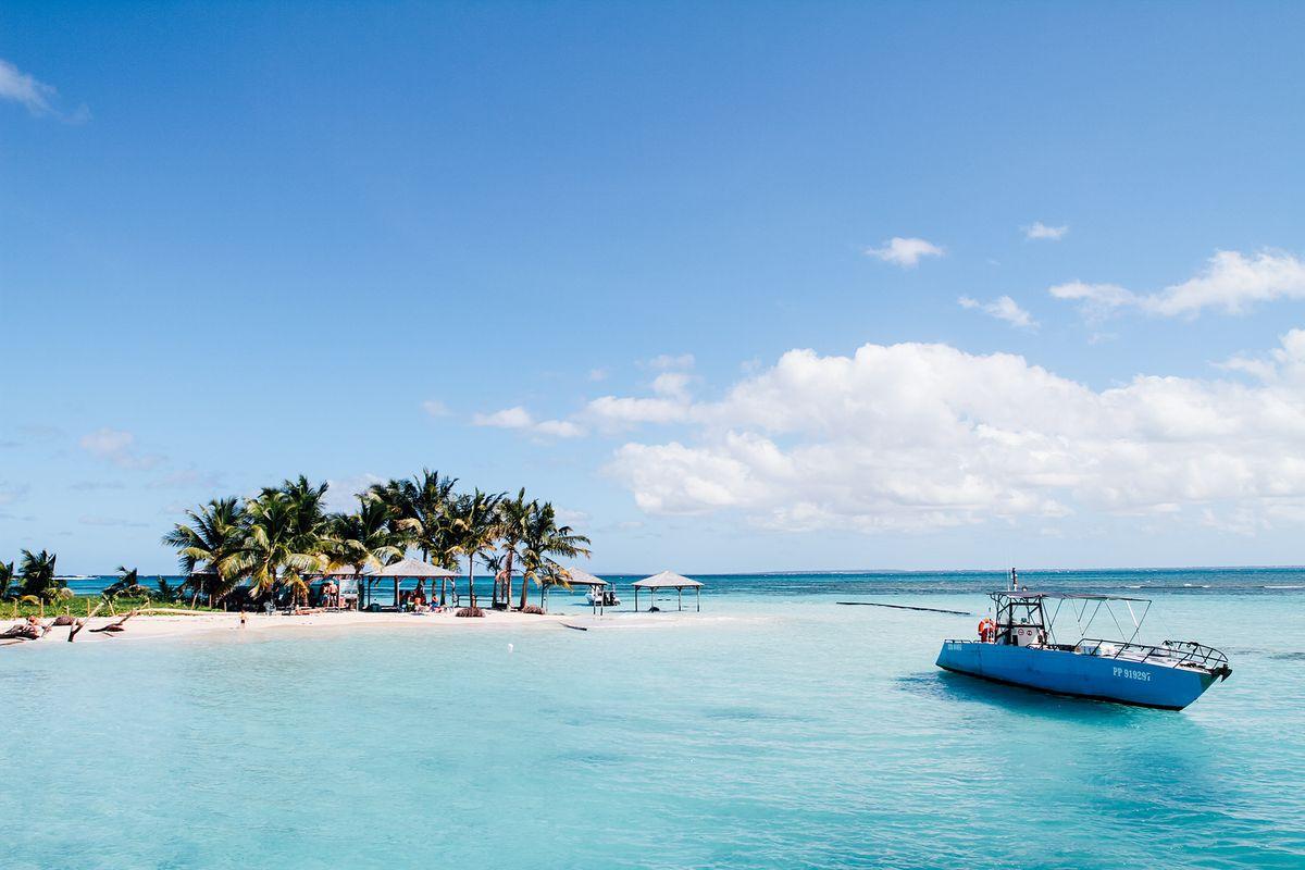 Plage paradisiaque aux Antilles